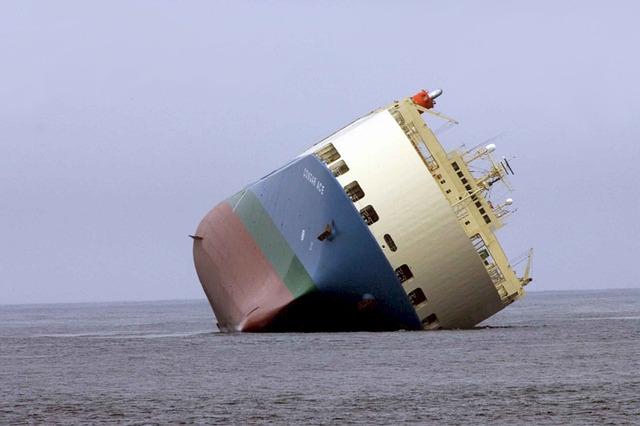 ship-aground-1041335_640